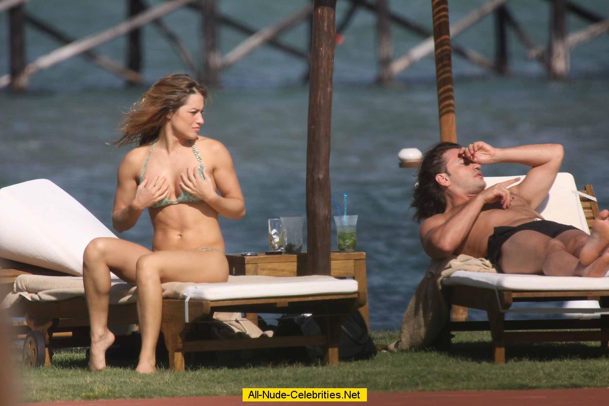 Lola Ponce caught on bikini on the beach: www.neocelebs.com/fg/l/lola_ponce_02/topcelebs.html